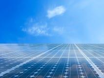 För maktenergi för sol- cell raster i himmelbakgrund Royaltyfri Foto