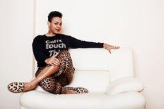 För mammakvinnan för den nätta stilfulla afrikanska amerikanen klädde den stora brunnen Swa Arkivfoton