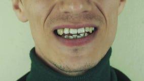 För man för allsångsång eftertryckligt främst kamera mun tänder leende borstet stock video