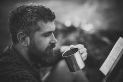 För Man för modemodell slut fece upp Framsidaman med lycklig sinnesrörelse Manhandelsresanden läste och dricker på lägereldflamma Royaltyfria Bilder