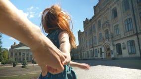 För man` s för den lyckliga unga ljust rödbrun kvinnan följer den hållande handen och att gå, mig begreppet och att le, gladlynt  lager videofilmer