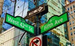 För Manhattan för gator för New York City 42nd gata upptaget stads- område för affär Midtown royaltyfria foton
