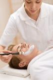för manmaskering för skönhetsmedel ansikts- salong arkivfoto