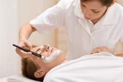 för manmaskering för skönhetsmedel ansikts- salong arkivbild