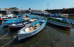 För marinadeien för Aci Trezza Ciclopi fartyg härbärgerar, Sicilien royaltyfri foto