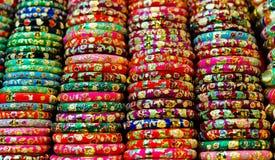 för marknadsförsäljning för armband färgrik gata Arkivbilder
