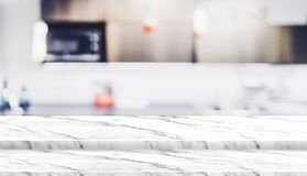 För marmortabell för tomt moment vit ställning för mat för överkant med suddighetshussatsen Royaltyfri Fotografi