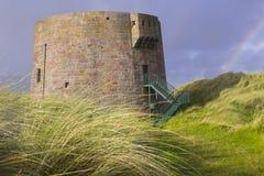 För Martello för 19th århundrade som det runda fortet torn byggs i sanddyerna på Magilligan punkt nära Limavady i ståndsmässiga D Royaltyfria Foton