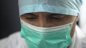 För maskeringsräkning för slut övre rum för sjukhus för kirurgisk operation för doktor Face Against Germs arkivfilmer