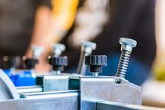 För maskinpapper för tryck hopfällbart maskineri Industri för skruvar för justering royaltyfri foto