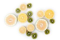 För matbakgrund för frukt citrusa skivor på vit Royaltyfria Foton