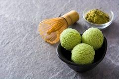 För matchaglass för grönt te skopor på grå färgstenen arkivfoton