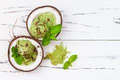 För matchamintkaramellen för grönt te glass med choklad och kokosnöten mjölkar royaltyfria bilder