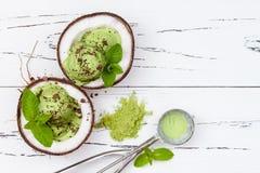 För matchamintkaramellen för grönt te glass med choklad och kokosnöten mjölkar arkivfoton