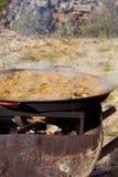 ` För matlagning`-paella, typisk spanjormaträtt, i skogen Royaltyfria Bilder