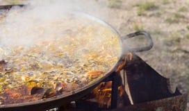 ` För matlagning`-paella, typisk spanjormaträtt, i skogen Arkivbild