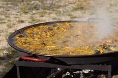 ` För matlagning`-paella, typisk spanjormaträtt, i skogen Royaltyfri Bild