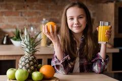 För matnäring för barn sund frukt för fruktsaft för frukost arkivfoto