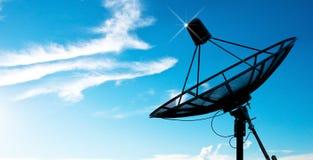 för maträttsatellit för antenner blå sky under Royaltyfri Foto