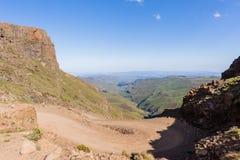 För medelpasserande för berg brant landskap royaltyfri fotografi