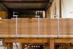 För metallbeslag för slut träplankor för övre forr royaltyfria foton