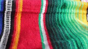 För Mexico för mexicansk poncho bakgrund för fiesta för poncho för filt för de mayo för cinco mexicansk lopp med band arkivfilmer