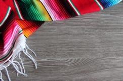 För Mexico för mexicansk poncho bakgrund för fiesta för poncho för filt för de mayo mexicansk traditionell cinco med band lager videofilmer