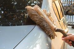 För Microfiber för handinnehav smutsig dammtrasa borste royaltyfria foton