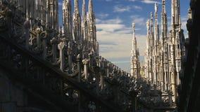 För milan för solig dag panorama 4k Italien för himmel för garnering för tak för domkyrka för duomo stad arkivfilmer