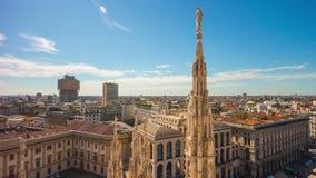 För milan för solig dag schackningsperiod för tid för panorama 4k för stad för punkt för sikt för domkyrka duomo Italien stock video