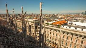 För milan för solnedgång ljus schackningsperiod för tid för panorama 4k för fyrkant för tak för domkyrka berömd duomo Italien stock video