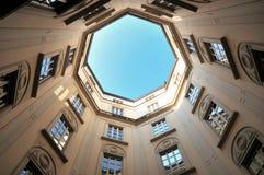 för milano för corso magentafärgad storico palazzo Arkivbild