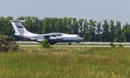 För militärtransport för IL 76 nivå på start i flödet av varm luft Arkivbilder