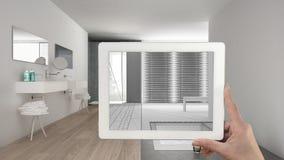 För minnestavlavisningen för handen skissar det hållande badrummet eller teckningen Verklig fena Royaltyfri Bild