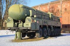För missilsystem RT-2PM för launcher den strategiska Topol för ` `en, solig Januari dag St Petersburg Royaltyfria Bilder