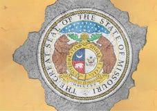 För Missouri för USA-stat som flagga skyddsremsa målas på det konkreta hålet och den spruckna väggen royaltyfria bilder