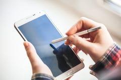 För mobiltelefonnärbild för kvinna hållande skott Arkivbilder