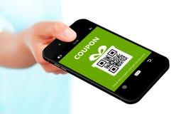 För mobiltelefonvår för hand som hållande kupong för rabatt isoleras över w Royaltyfri Fotografi