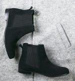 För mockaskinnchelsee för kvinnlig svarta skor Royaltyfria Foton