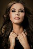 för modeflicka för härlig ljus brunett ser den mörka glamouren henne höga kanter tabellen för den röda reflexionen för makeupspeg royaltyfri foto