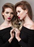 för modeflicka för härlig ljus brunett ser den mörka glamouren henne höga kanter tabellen för den röda reflexionen för makeupspeg Arkivfoto