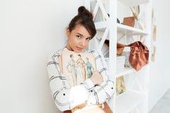 För modeformgivare för ung kvinna hållande sketchbook Arkivbild
