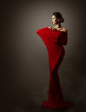 För modeklänning för kvinna röd konst, elegant modell Posing, lång kappa Arkivbilder