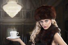 för modelady för kopp elegant tea Arkivfoto