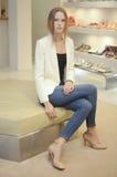 För modemodell för ung kvinna sammanträde Royaltyfri Fotografi