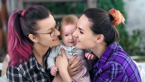 För moderkänsla för två hipster som informell försiktig förälskelse kysser och kramar medelnärbild för liten son