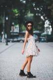 För modesommar för ung kvinna bärande klänning Arkivfoto