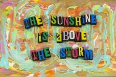 För molnstorm för solsken ovannämnd optimism arkivbild