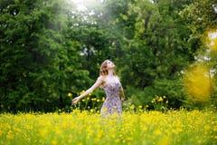 För morgonluft för utsträckta armar ny sommar Arkivfoto