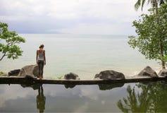 För morgonmeditation för kvinna praktiserande yoga på stranden royaltyfria bilder